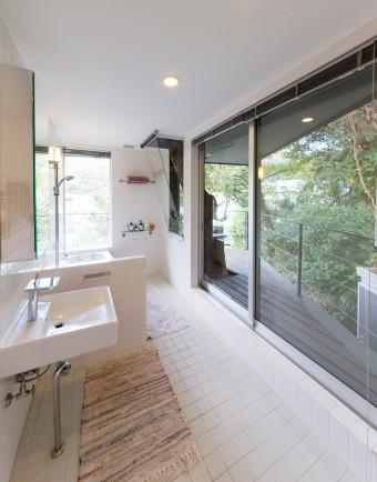 大きな窓からたっぷり光が差し込む明るいバスルーム。窓を開け放てば、森の緑や、鳥のさえずりも楽しめる。