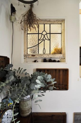 アンティークのステンドグラスを、窓枠に利用。ドライフラワーや多肉植物とマッチする。