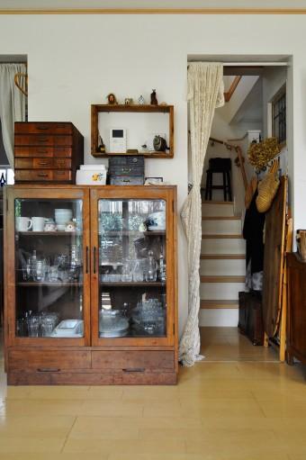 リビングとつながった階段。キャビネットにはお気に入りのガラス食器を収納。