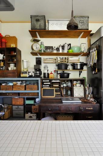 高橋さんの仕事場。キッチンの中でパソコンを開いて過ごすことが多いとか。