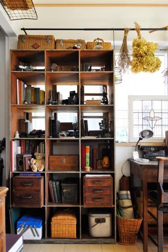 古書や古い雑貨をディスプレイ。カーテンレールはアイアン風のものをIKEAで購入して取り付けた。