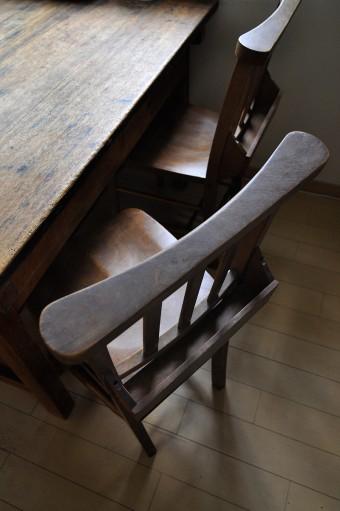 憧れだったチャーチチェア。テーブルは学校の工作用だったもので、傷つき具合に味がある。