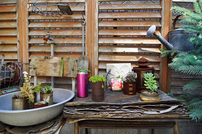 庭も缶や空き瓶、古い家具など、あるものを使って朽ちた雰囲気にディスプレイ。