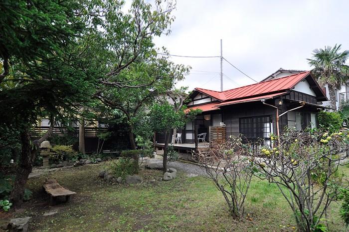 家の前には広々とした庭が広がり、四季折々の表情を見せる。