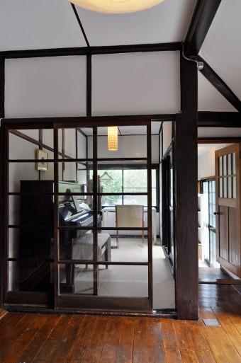 藤沢から運んできた建具が、時代を感じさせつつも、どこかモダンな印象を与える。