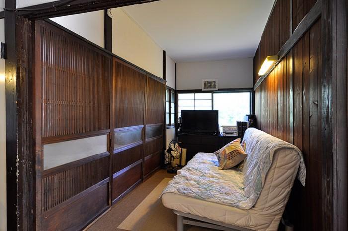 藤沢の家の建具を取り付けた部屋。クラシカルで落ち着ける雰囲気。