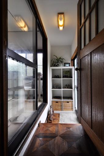 玄関の床は、横浜の解体される家からもらった廃材を使用。