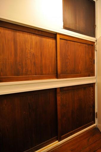 洗面所前の収納。扉に藤沢の家の扉を取りつけた。