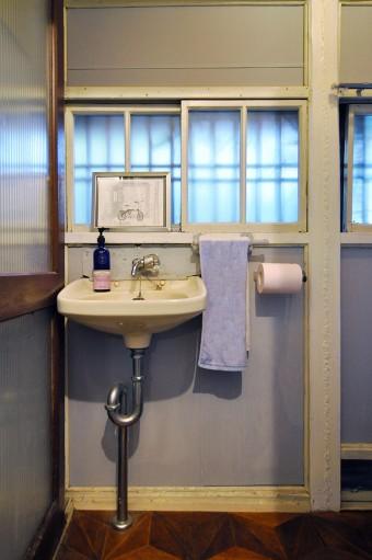トイレは、壁をDIYで塗装。床も玄関と合わせて、廃材で貼り替えた。