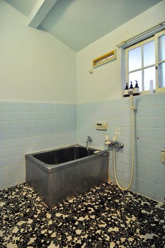 トイレと同じトーンに塗装した風呂場。昔ながらのタイルが味を出している。