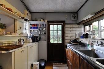 広々としたキッチンは作業もしやすい。勝手口のドアも付け替えた。