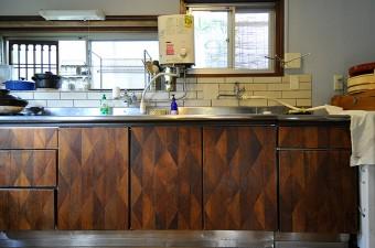 シンク下の収納は、玄関と同じ、横浜の家の廃材を利用。