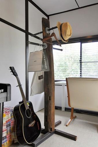 藤沢の家の柱を利用したハンガー。デザイナーと相談して作ってもらった。
