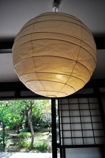 障子によく似合う、イサム・ノグチの照明。和モダンな雰囲気が、この家で存在感を放つ。