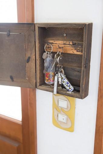 カギ類を入れておくホルダーはDIYで作成。下の黄色のスイッチプレートは源七さんの作品。
