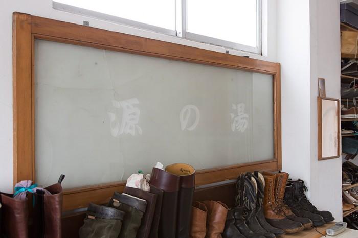 「源の湯」で使われていた窓ガラス。割れてしまったが、大切に保管している。