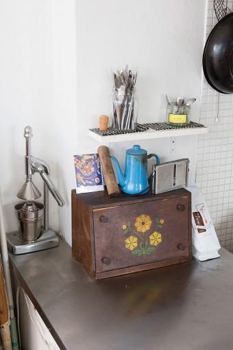 レトロな花柄のスパイスラックは、妻がお母様から譲り受けたもの。使いこまれた道具やカトラリーが並ぶ。
