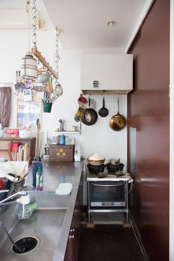 シンプルに徹したキッチン。右手の茶色い扉の中は、食器などを収納する棚になっている。