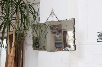 白い壁に映えるアンティークな鏡も、妻がお母様から譲り受けたもの。