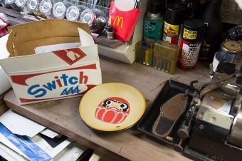 源七さんの作品。ダルマ柄のトレイと、段ボール箱ふうに仕上げた革製BOX。