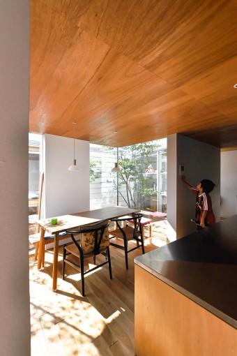 室内はおおむね、垂直部分が白で、水平部分が木のままの仕上げだが、キッチンは例外的に垂直部分も木をそのまま見せている。