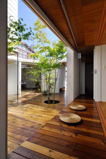 和室縁側。中庭右奥にひとつめの玄関、左にもうひとつの玄関。