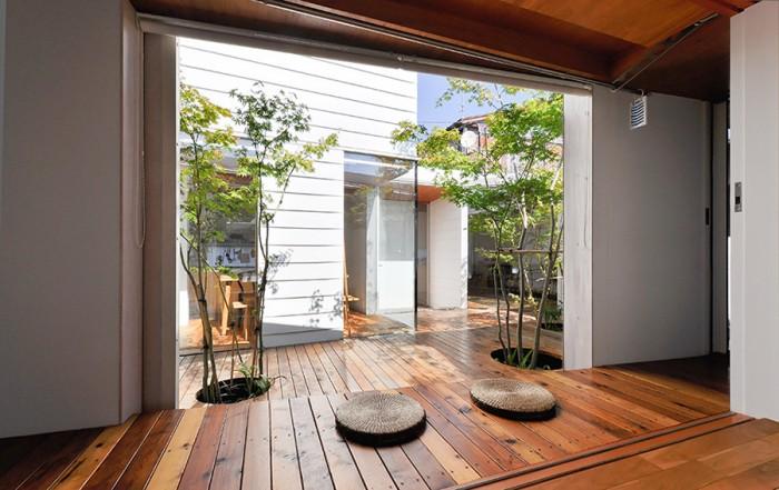和室から縁側を通して中庭を見る。和室は夏涼しいため子供たちはこちらで寝る。「建築家から季節によっている場所を変えればいいといわれたんですが、まさにその通りの生活をしている」と大槻さん。