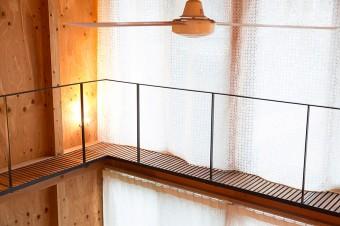 窓の部分にも同じテキスタイルデザイナーの安東陽子さんのカーテンがかかる。1階と2階でスケ感が微妙に違う。