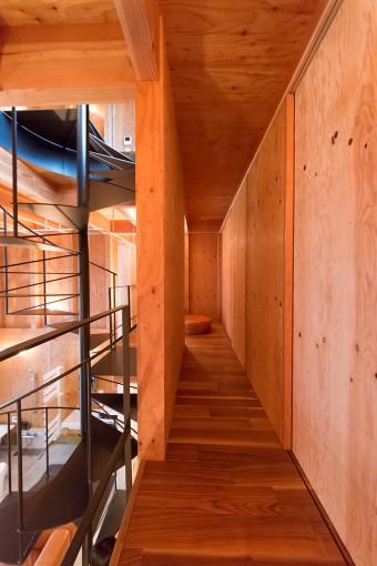 中二階。左側の引き戸はすべて開け放つことができる。将来的にはこの奥を和室として使う予定だとか。