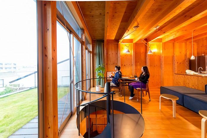 南に面した窓を大きく確保した二階のリビング。天井の照明器具は、デスクライトで有名なアルテミデの「TOLOMEO」。