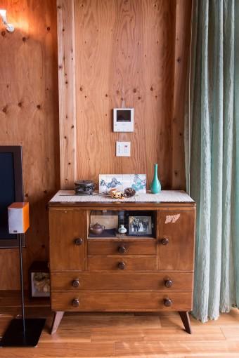「日本製のチェストは、目黒通りの中古家具屋で1万円で。いい買い物でしたね。この空間は和の家具も似合うようです」