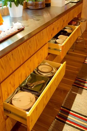 「大工さんに作っていただいたキッチンです。たくさん作ってもらった引き出しは、奥までたっぷり収納できて使いやすいです」