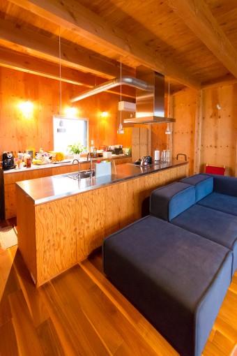 横幅が3m60cmある余裕のキッチン。1ヶ月前に買ったばかりという大型のソファもたっぷりとした空間に映える。