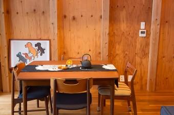 「デンマーク製のテーブルは、天板を引き出して大きく使うことができます。ヴィンテージのチェアもお気に入りです」