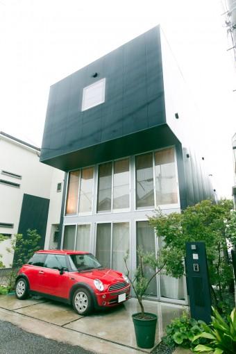 玄関はどこ?ってちょっと迷ってしまうファサード。玄関らしい玄関がないのが、逆に柳沢邸の個性になる。