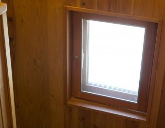 木枠にこだわった窓は、ナチュラルな雰囲気。