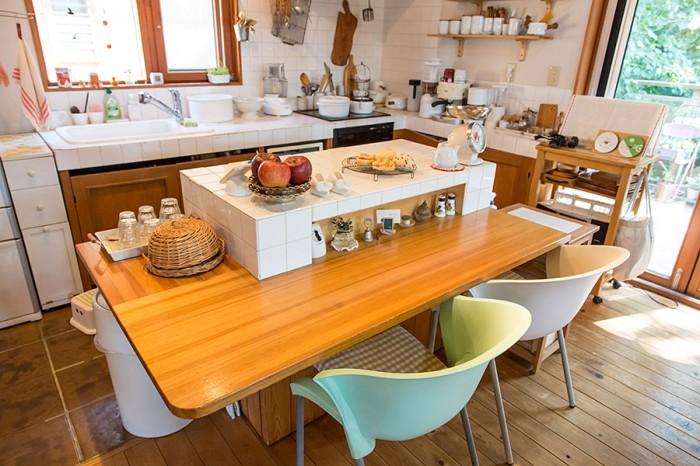 アイランドにはテーブルをつけて、料理途中の作業がしやすいように考えた。