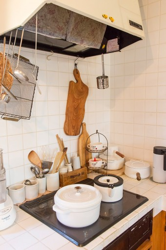 木のカッティングボードなどのキッチングッズでナチュラルに。調理器具はストウブ、ダンスクを愛用。