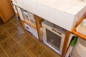 テラコッタ風の床は、油などが染み込みにくい。アイランド下は、発酵器、パンこね器などが入るように設計。