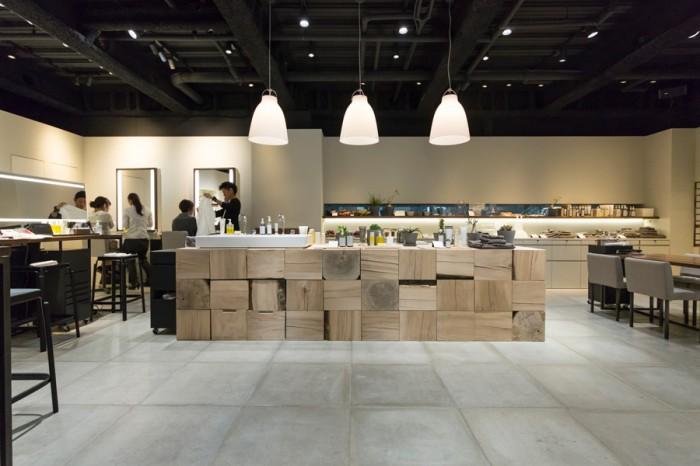 明るく凛とした空気が漂う店内は、Mount Fuji Architectsが手がけた。中央には、ブナの木の大きなカウンター。