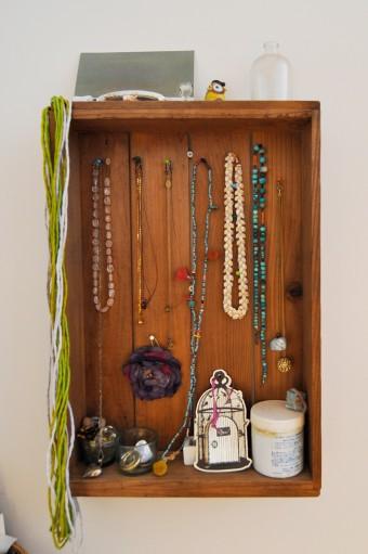 古道具を活用してネックレスなどをおしゃれにディスプレイ。和菓子屋さんで使われていたような入れ物を活用した。