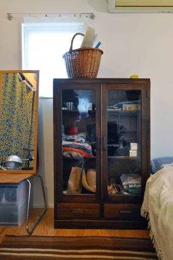 2階寝室の古い収納には、衣類などが納められている。周囲との色のコーディネイトにも気が配られているようだ。