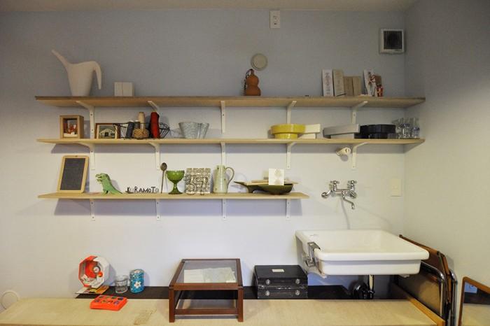 将来はここで陶芸もしてみたいという、玄関入って右側のアトリエ空間。古道具や雑貨類にヴィヴィッドな色合いのものがそれとなく混じる。