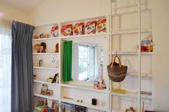 寝室の壁の棚にもカラフルな雑貨が並べられている。