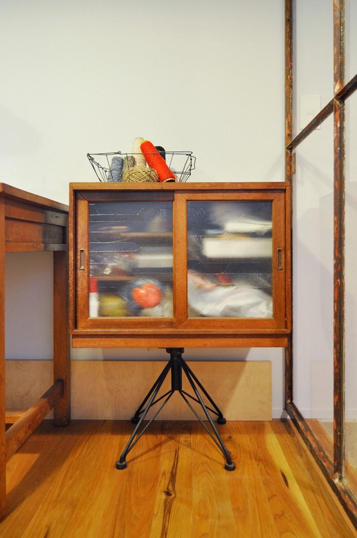 半世紀以上も前の事務用椅子の脚の部分と古い収納とをドッキング。ヴィヴィッドな色の糸が空間のアクセントに。
