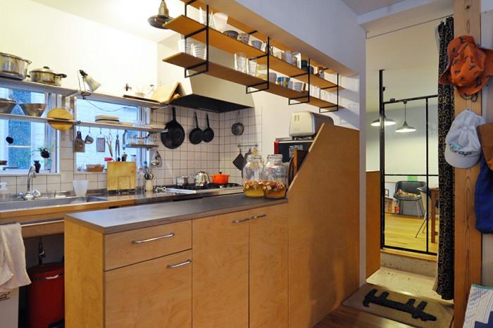「朝入ってくる光がきれいで、なにかをしながら料理を作ってる時もすごく気持ちいい」と奥さんが言うキッチン。窓側の棚はイケアの棚を使うと決めていたので、それに合わせて窓の寸法なども決めてもらったという。
