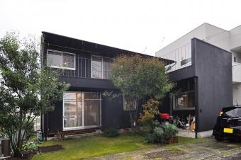 土いじりが好きな庫本さんと野菜作りが好きな奥さんは裏の敷地にある市民農園を借りていたが、今は自宅で家庭菜園を楽しむ。