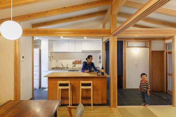 玄関から続く土間キッチン。「広くて、とても使いやすいです」(奥さん)。左手に勝手口が設けられている。