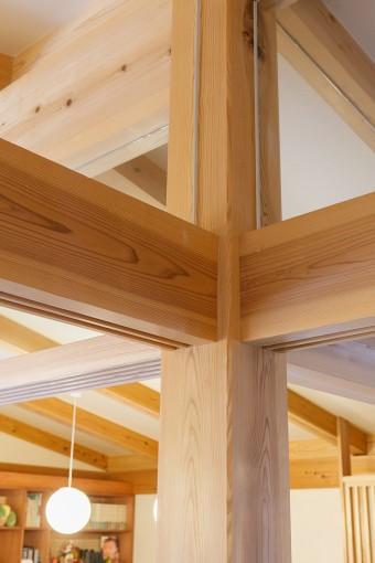 大工の技が光る、柱と梁の結合部分。上部には透明ガラスがはめてあるため、建具で仕切ることで独立した部屋になる。