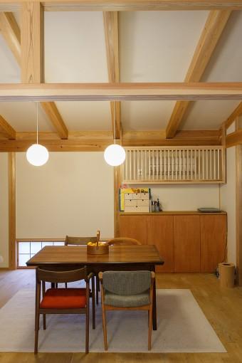 アンティークのダイニングテーブルは、天板の大きさが変えられるエクステンションタイプ。椅子は宮崎椅子製作所のものをデザイン違いで4脚購入した。